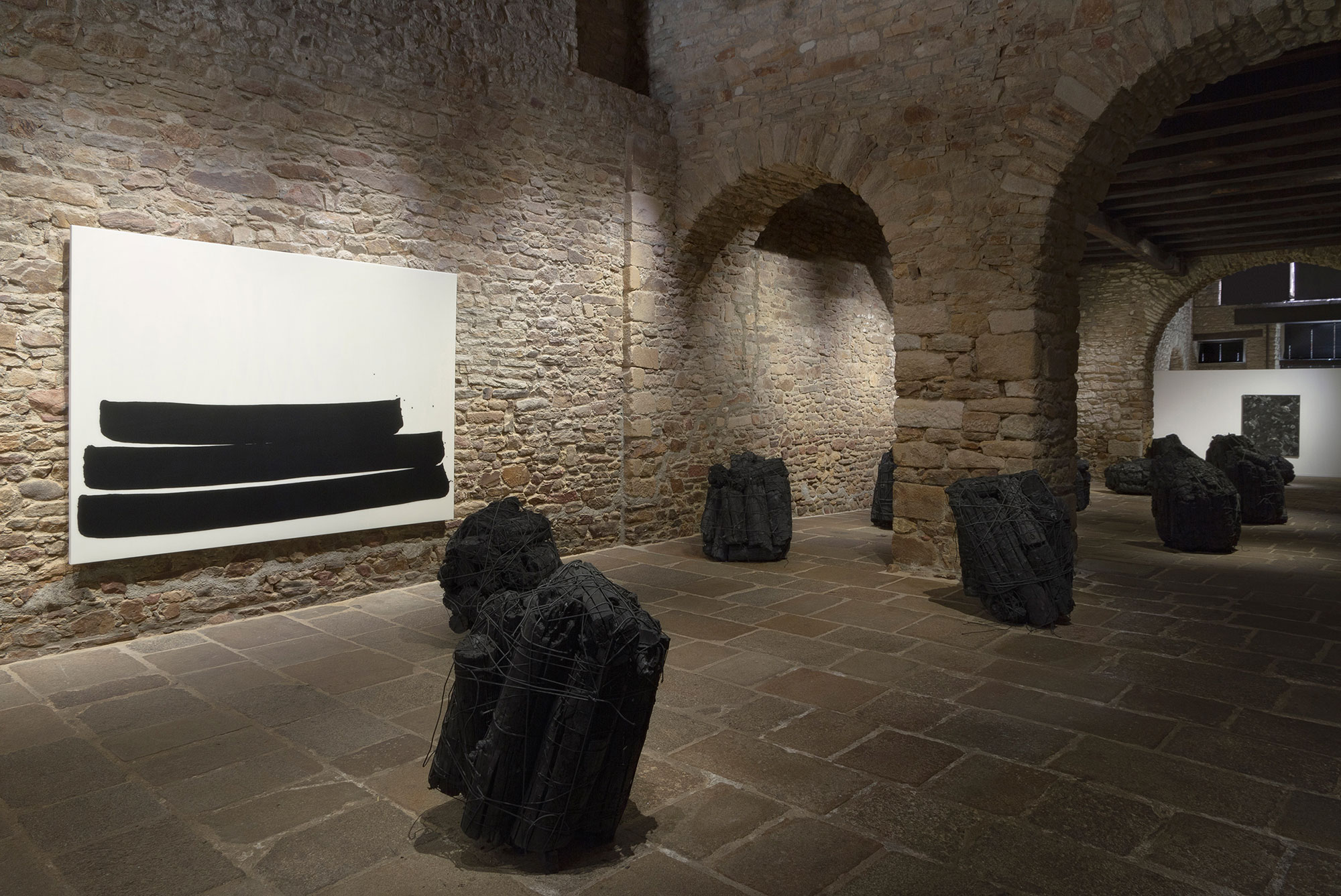 Issu du feu, Charcoal with rubber band, 100 x 90 x 90 cm (each-about), Installation view, Musee des Beaux-Arts de Vannes, 2016