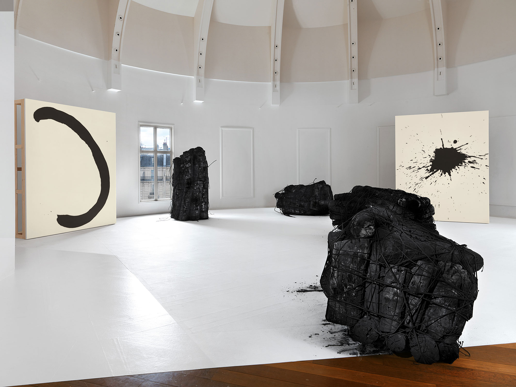 Issu du feu, Charcoal with rubber band on paper, 160 x 110 x 110 cm (about), Acrylic medium, Charcoal black on canvas, 260 x 194 cm, 2015, Installation view, Musee Guimet, 2015